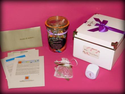 Une belle boite blanche + Un énorme bocal de confiseries + Un bracelet en satin dans un joli sachet en organza + Une balle anti-stressUne Enveloppe avec nos paroles de mamans